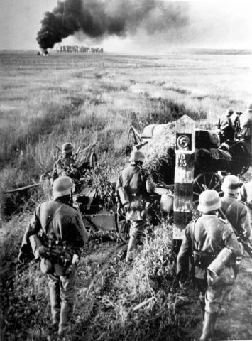 German-troops-crossing-the Soviet