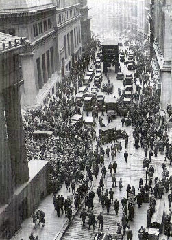 Crowd-gathering-after-the-wall-street-crash-of-1929
